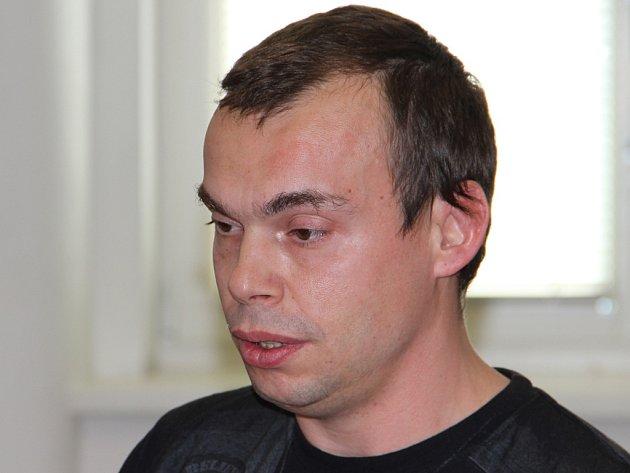 Ladislav Rollinger strávil v soudní síni od přečtení obžaloby do vynesení rozsudku necelých devadesát minut. K činu se přiznal, vyjádřil lítost a nakonec se rozplakal.