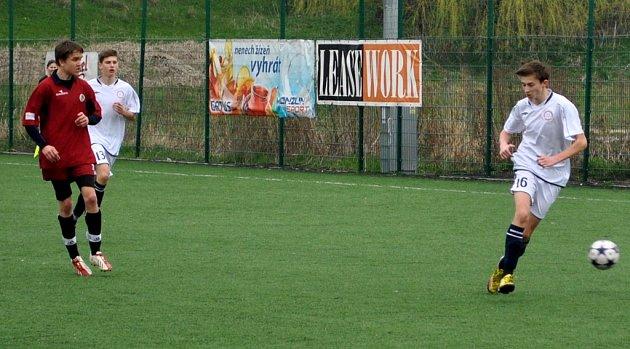 Druhý gól brodského Slovanu vstřelil proti Bohunicím obránce Karel Látera (vlevo). Bohužel, ani jeho trefa na body nestačila.