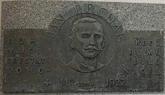 Původně byla tato deska umístěna na budově lučického lihovaru, nyní ji zájemci mohou nalézt na lučickém hřbitově. Lučice je vesnice mezi Havlíčkovým Brodem a Světlou nad Sázavou.