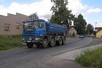 Větší bezpečí. To si slibují v obci Stříbrné Hory od plánovaného dopravního omezení. Těžké nákladní vozy projíždějící vesnicí děsí především rodiče malých dětí.