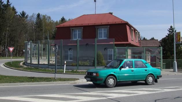 Kdo je majitel? Protihluková stěna sice stojí na pozemku Miloše Mísaře, ale nepatří vlastně nikomu.