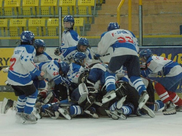 Vítězové. Mladé naděje havlíčkobrodského hokeje získaly na Tománkově memoriálu zlaté medaile. Pod vítězství se podepsal i kouč Richard Cachnín.
