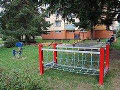 """Na hřišti v Haškově ulici ve Žďáře mají děti na hraní dvě nové prolézačky. Stály celkem téměř sto tisíc korun, bezmála polovinou částky přispěli na pořízení a instalaci lanové dráhy a """"mašinky"""" místní obyvatelé."""