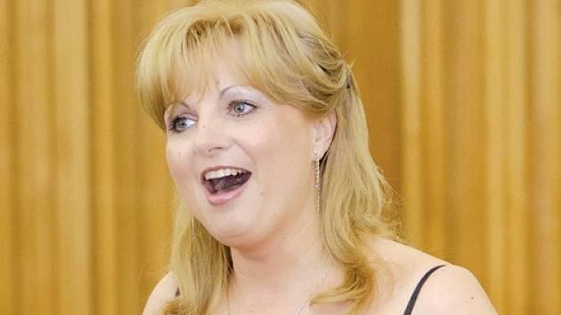 Monika Brychtová studovala na brodské obchodní akademii. Brod teď proslavila jako operní pěvkyně.