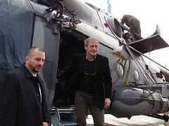 Kromě řídicí věže 22. základny vrtulníkového letectva u Náměště nad Oslavou včera ministr obrany Martin Stropnický navštívil také takzvanou stojánku, tedy prostor před hlavním hangárem, a nahlédl i do stojících vrtulníků.