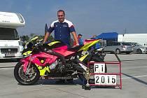Ze dna na vrchol - tak by mohl letošní sezonu pojmenovat havlíčkobrodský motocyklový závodník, který se po vážné bouračce dostal do vynikající formy a na Alpsko-jadranském šampionátu dominoval. Ocenila ho i německá společnost BMW.