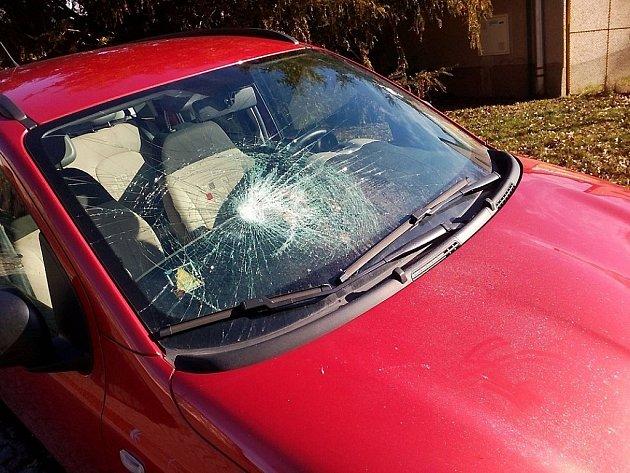 Škody jdou do desítek tisíc korun, policie zatím vandala nechytila. Před časem ve městě ničila zaparkované vozy frustrovaná žena. Ilustrační foto.