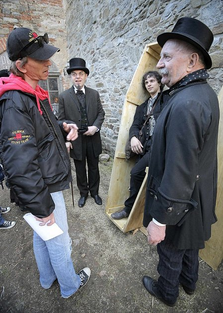 Nádvoří hradu v Ledči nad Sázavou si pro natáčení pohádky Šťastný smolař vybral i režisér Jiří Strach. Na snímku ho vidíte s hercem Josefem Somrem.