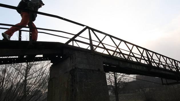 Šedesát let chodí občané Babic na druhý břeh Sázavy po železné lávce a mnozí ani nevědí, že je unikátním technickým dílem místního rodáka Josefa Šimka.