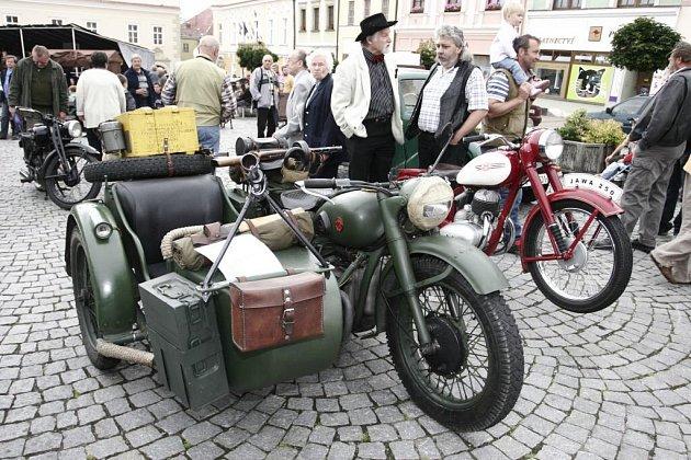 Kromě veteránů akce Trofeo Niké Bohemia se na náměstí předvedli i členové úsobského veterán klubu.