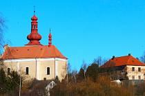 Od roku 1962 má šlapanovský kostel novou střechu, šindele nahradil plech natřený červenou barvou. Vpravo stojí chátrající fara.