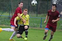 Fotbalisté Borové (v červeném) si dokázali doma poradit s favorizovanou Kamenicí nad Lipou přesvědčivým výsledkem 4:0.