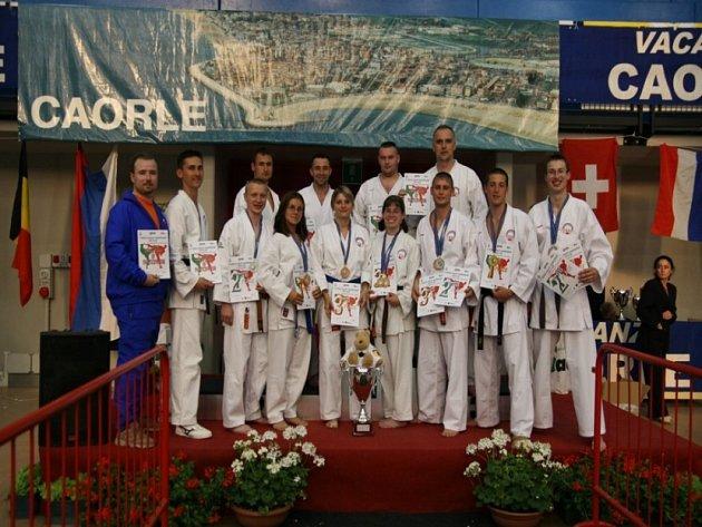 Pochlubili se medailemi. Čeští karatisté si na krku odvezli z Itálie cenné medaile.