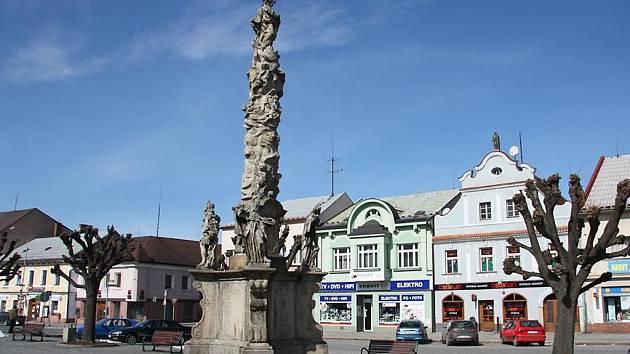 Podstavec se sochami svatých a andílky je dominantou Husova náměstí.