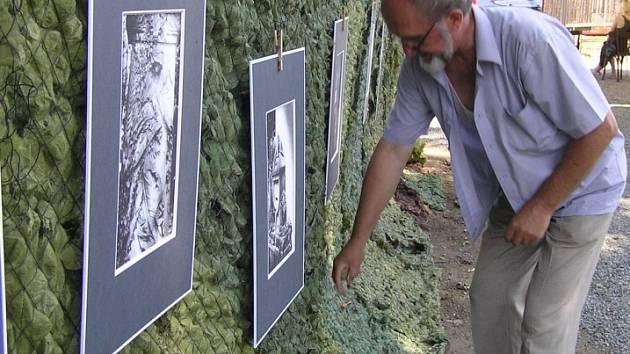 Krásy hřbitova. Tak by šla nazvat několikahodinová výstava brodského fotografa Vladimíra Stejskala, který rozvěsil své fotky ve mlýně v Okrouhličce. Zachytil na nich totiž působivou krásu plnou andělů a hřbitovních zákoutí.