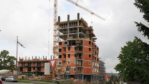 Další nové bydlení. Jeden z dalších bytových komplexů roste v Jihlavě přímo u nové nemocnice. V areálu na snímku mají vyrůst nadstandardní byty. Podle realitní kanceláře obstarávající jejich prodej je i o dražší bydlení velký zájem.