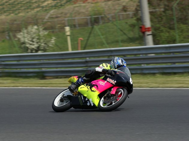 Musí to jet. Novou sezonu zahájil motocyklový závodník Michal Prášek na nové motorce. V II. kvalifikaci si dokonce zlepšil čas o 1,2 sekundy.