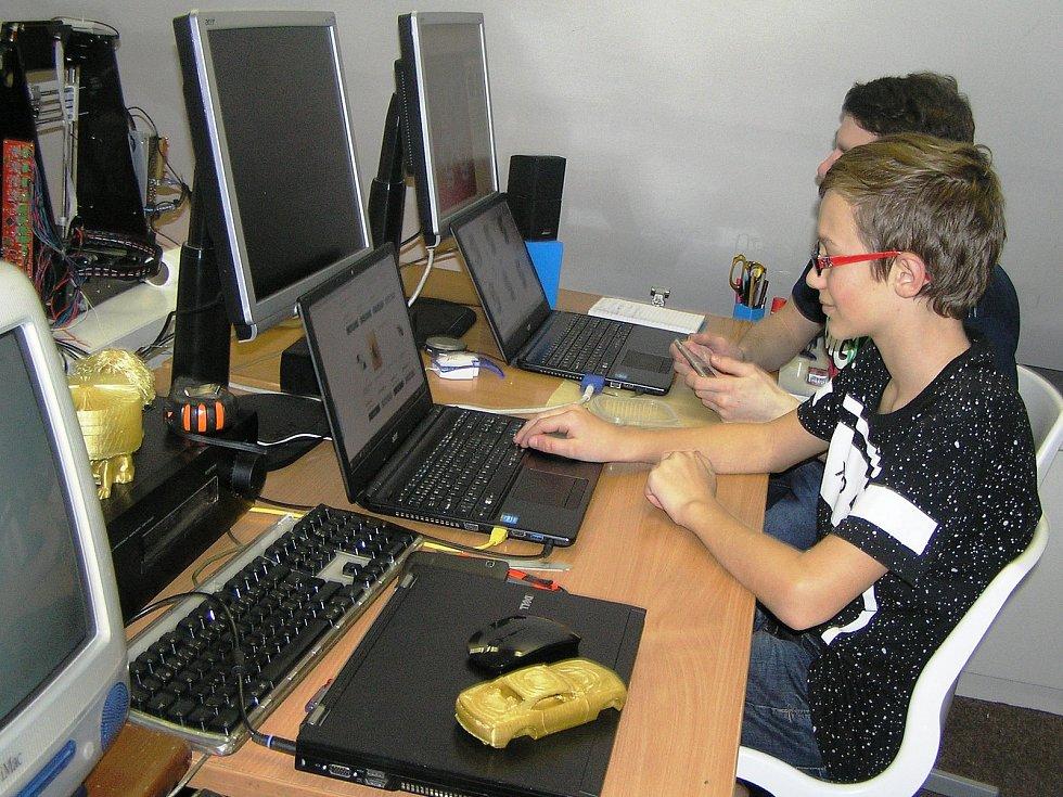 Petr Kotting vedl kroužek technicky zdatných dětí. Ty pracovaly s náročnými stavebnicemi i s 3D tiskárnou. Kvůli neshodám mezi dospělými kroužek málem skončil na ulici.
