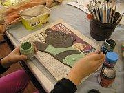 Poslední den jarních prázdnin si mohly děti v Havlíčkově Brodě užívat v keramické dílně AZ Centra, střediska volného času.