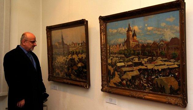 Jan Tecl si prohlíží Panuškovy obrazy