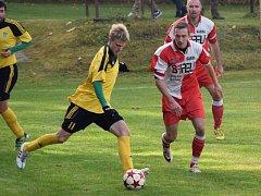 Páteční tahák 13. kola na hřišti ve Stáji vyšel hráčům Ždírce (u míče Pavel Klimeš) parádně.