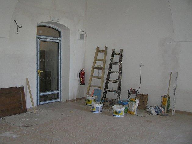 Nová školní budova v Golčově Jeníkově na předání stále čeká.