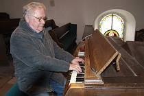 Varhaník. Za varhany v kostele sv. Jana Křtitele v Sázavce usedá Vladimír Secký již od roku 1965. Sám se ale považuje spíše za lidového hudebníka, který   hrál s kapelami lidovku, taneční hudbu a nejraději swing.