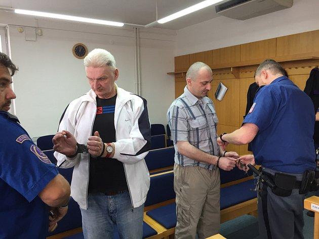 Dvojice obžalovaných Miroslav Zeman (vlevo) a Pavel Císař mají na svědomí více než deset krádeží. Většinou brali vše, co jim přišlo pod ruku.