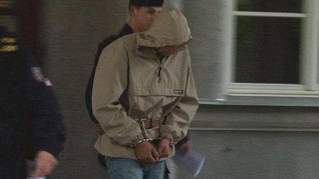 Útočník už má pouta. Šestatřicetiletému Ludvíkovi Ruszovi hrozí za brutální útok na prodavačku až výjimečný trest.