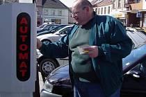 V Havlíčkově Brodě se řidiči, kteří budou chtít zaparkovat na zpoplatněném místě, už brzy obejdou bez mincí. Postačí, když zašlou sms zprávu. V ostatních městech okresu, jako například v Chotěboři, odkud je náš snímek, se zavedením této novinky nepočítají