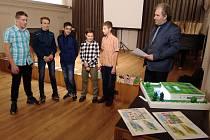 Žáci Základní školy ve Ždírci nad Doubravou a jejich model přízemního rodinného domu.