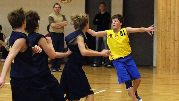 Basketbaloví žáci BC Vysočina (ve žlutém Jakub Coufal) se dostali do vyřazovacích bojů mezi dvanáct nejlepších celků v republice. Vprvním kole play off narazí na Písek.