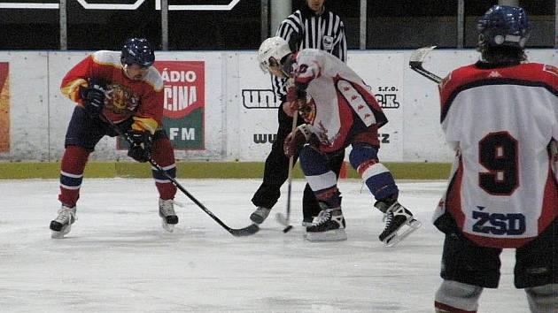 Dva tábory fanoušků prvoligových hokejových týmů změřily na ledě síly. Ve dvou duelech fanoušků Hradce Králové aHavlíčkova Brodu byli pokaždé úspěšnější hradečtí příznivci. Doma vTřebechovicích vyhráli 12:5, v Kotlině 12:7.