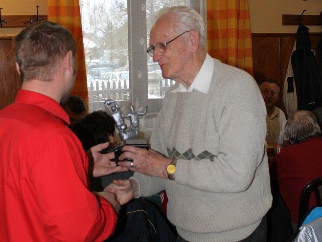 Ocenění. Ta sbírá Alois Svoboda za svůj přínos ke sportovnímu zpravodajství. Naposledy byl oceněn OFS H. Brod.