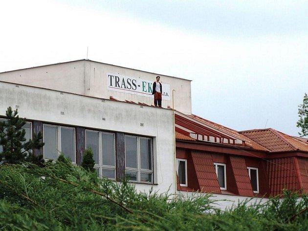 Asi sedmadvacetiletý muž zaměstnal v pondělí složky integrovaného záchranného systému poté, co v pondělních ranních hodinách vylezl na střechu KD Ostrov v Havlíčkově Brodě.