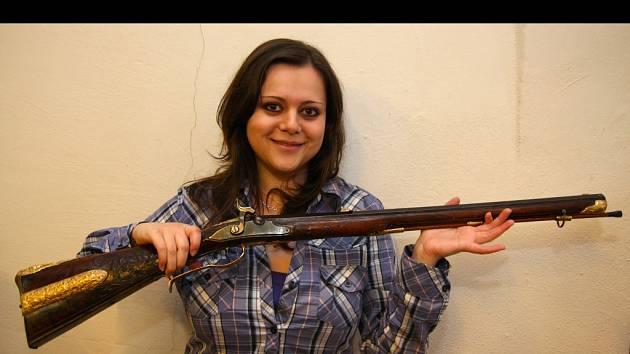 Jitka Cempírková, mladá kurátorka sbírek chotěbořského muzea, potěžkává přes 250 let starou kulovnici od známého puškaře Paula Breitenfeldera. Vzácnou loveckou zbraň restaurovali studenti uměleckoprůmyslové školy v Turnově.