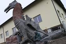 Michal Olšiak tvoří další sochu. Před areálem společnosti Apoly v Ronově nad Sázavou totiž roste na výšku zhruba čtyřmetrový drak.