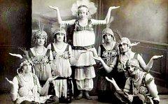 Výstavu o historii divadelnictví v Havlíčkově Brodě ilustruje i řada historických fotografií.