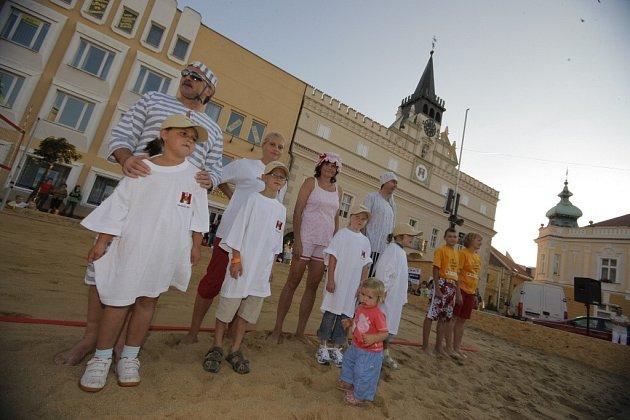 V rámci turnaje beach volleyball cup se v exhibičním utkání Poulíček - Váchová představili také brodští radní.