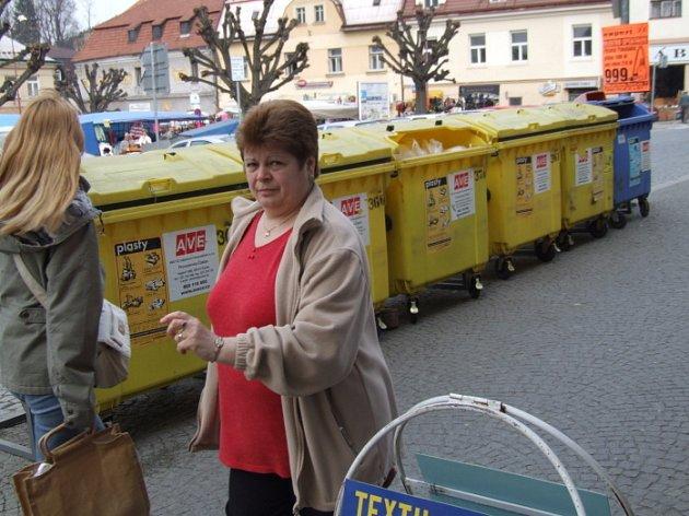 V Ledči nad Sázavou najdou lidé kontejnery přímo na náměstí před samoobsluhou. Stačí, když cestou na nákup vezmou s sebou i tříděný odpad.