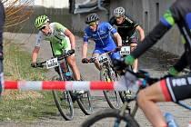 Jako na stupních vítězů jsou právě teď nejlepší tři bikeři závodu Okolo Zudova vrchu. Adam Lavička (uprostřed) byl nejrychlejší, druhý skončil David Anderle (vlevo) a třetí byl Jiří Bartizal.