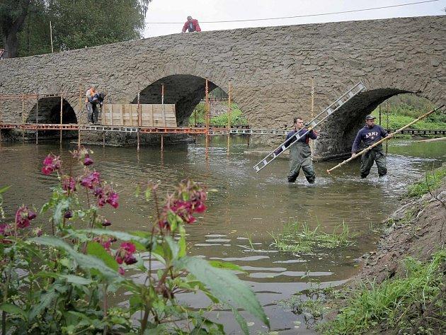 Rekonstrukce mostu v Ronově nad Sázavou bude brzy dokončena.