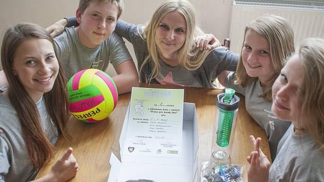 Vítězný tým Malče s učitelkou Markétou Málkovou.
