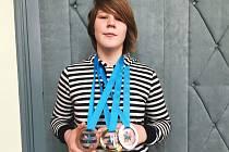 Ze severu Čech si Nikol Nepokojová přivezla z rychlobruslařského oválu domů do Chotěboře zlatou, stříbrnou i bronzovou medaili.