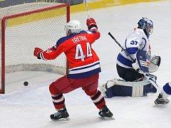 Kanonádou vyrovnali čtvrfinálovou sérii na 1:1 hokejisté brodského BK proti Táboru (8:1). Takto se při jedné z branek radoval kapitán Miroslav Třetina.