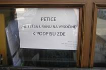 Petiční archy proti těžbě uranu jsou v Přibyslavi dostupné nejméně na čtyřech místech.