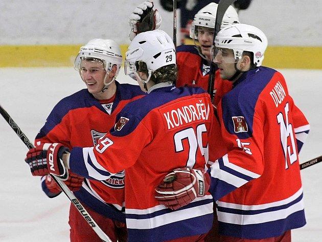 Otázku, zda ještě obléknout dres, bude v následujících týdnech řešit zkušený brodský obránce Miroslav Duben (vpravo), který byl v této sezoně pro mladý nezkušený tým velice platným parťákem nejen na ledě.