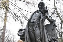 Karel Hynek Mácha (na snímku jeho socha odhalená loni v Litoměřicích) fascinoval Zdeňka Zahradníka svou lyricko–epickou básní Máj. Ta patří k měsíci zamilovaných, který se nezadržitelně blíží. Verše z ní zazní v sobotu v Bílku u Chotěboře.