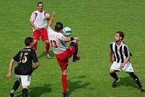 Gólostroj a postup si o víkendu užili proti Habrům (7:1) fotbalisté Ledče (v pruhovaném), kteří si po jedenácti letech zahrají nejvyšší krajskou soutěž.