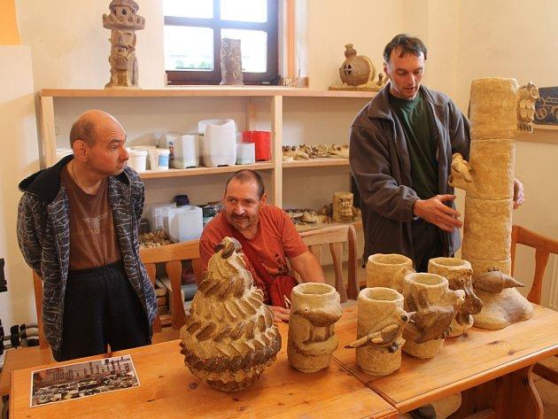 Klienti Domova ve Zboží ve své keramické dílně v Tisu vytváří originální výrobky.